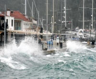 Marmaris'te fırtına çatıları uçurup, tekneleri batırdı