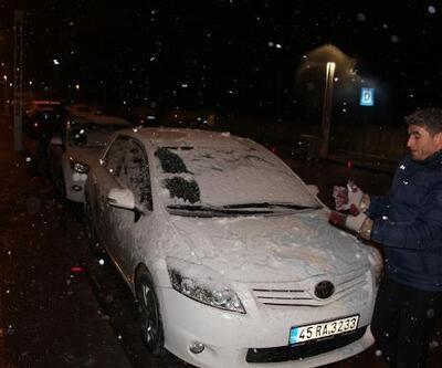 Manisa'da kar yağışı ulaşımı engelledi