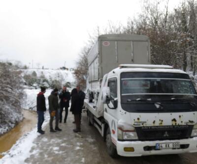 Çekmeköy'de kamyonet su kanalına düştü