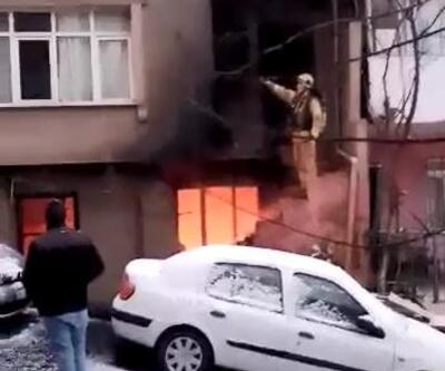 Yangında mahsur kalan hamile kadın ve kızını itfaiye kurtardı