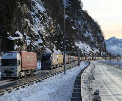 Gürcistan yolunda TIR sürücülerinin kış çilesi