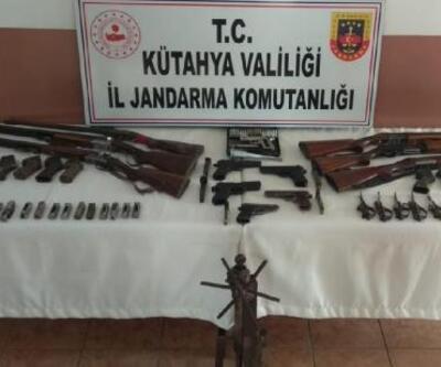 Jandarmanın arama yaptığı evlerde çok sayıda tüfek ve tabanca ele geçirildi