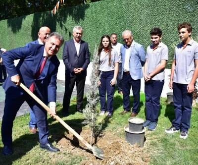 Bornova çiçekli ağaçlarla donatılıyor