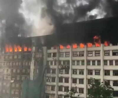 Hindistan'da resmi dairelerin olduğu binada korkutan yangın