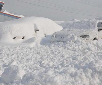 Evler ve arabalar kar altında kaldı
