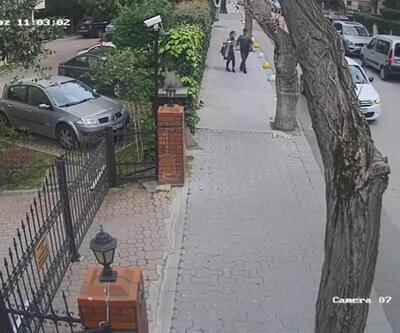 Çantasını almaya çalıştığı kadını yerde sürükledi