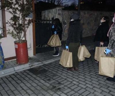 Mahalle mahalle dolaşıp kolonya ve ekmek dağıtıyorlar