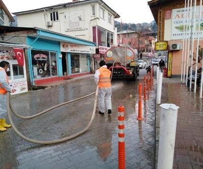 Feke'de caddelerilaçlı su ile yıkadı
