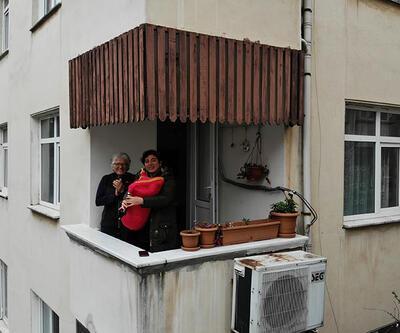 Evde kalanlar için balkondan tulum çaldı