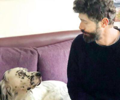 Evde köpeğiyle vakit geçiriyor