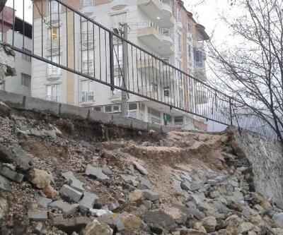 Besni'de çocuk parkının istinat duvarı çöktü