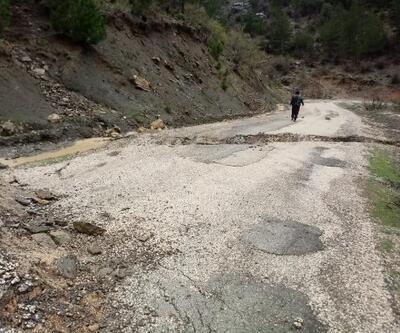 Kozan'da aşırı yağış nedeniyle yol çöktü