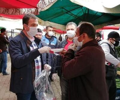 Kozan'da pazar yerinde maske dağıtıldı