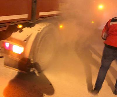Kontrol noktasında duran kamyonun lastikleri tutuştu