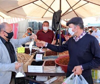 Kozan'da pazarcı esnafına ve vatandaşlara maske dağıtıldı