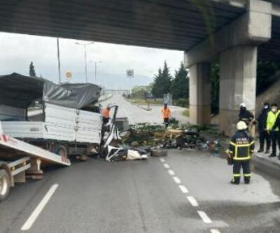 Kamyonet köprülü kavşağın ayağına çarptı: 2 ölü, 1 yaralı
