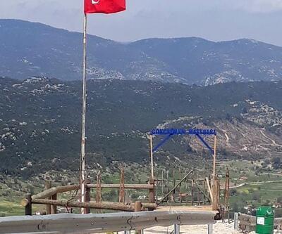 Mahalle girişine iki dev bayrak