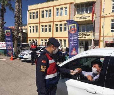 Tarsus'ta sürücülere maske ve dezenfektan hediye edildi