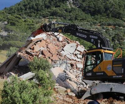 Kaş'ta kaçak yapılar yıkılıyor