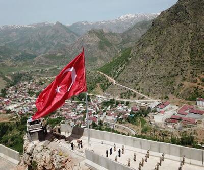 Kato Dağı'nda şehit düşen 10 asker anısına dev Türk bayrağı dikildi