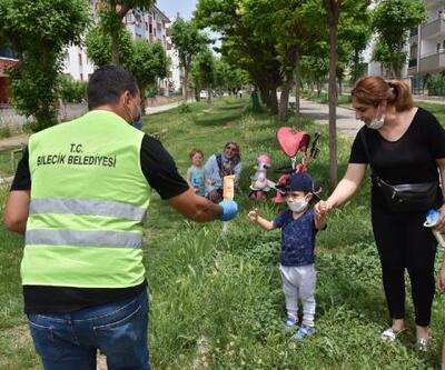 Bilecik Belediyesi, izinli çıkan çocuklara dondurma dağıttı