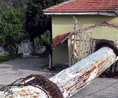 Şiddetli rüzgar, cami minaresini yıktı
