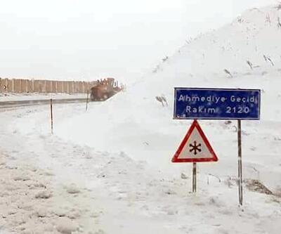 Erzincan'da köy yolları, mayıs ayında kardan kapandı