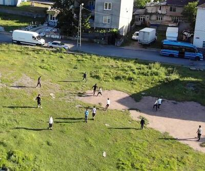 Hiçbir önleme uymayan gençler sokakta maç yaptı