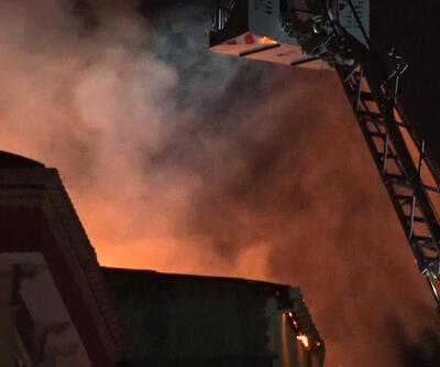 4 katlı binanın çatısı alev alev yandı