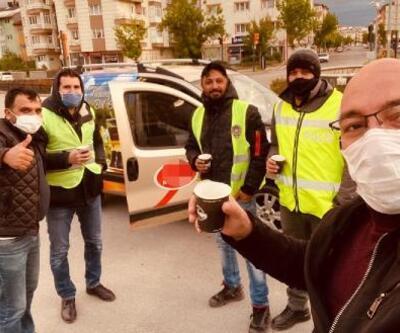 Sivas'ta soğuk havada nöbet tutan polislere çay ikramı