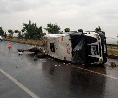 Tarım işçilerinin minibüsü devrildi: 15 yaralı