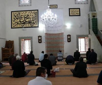 Keşan'da tarihi camide sosyal mesafeli cuma namazı