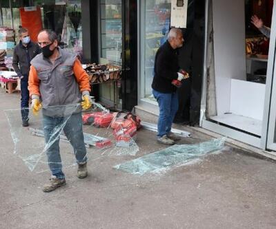 El freni çekilmeyen otomobilönce araca ardındaniş yerinin vitrinine çarptı