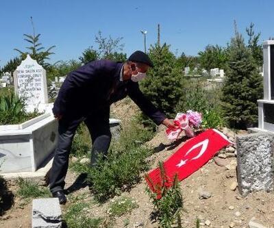 Kıbrıs gazisi, izinde koronavirüsten ölen eşinin mezarını ziyaret etti