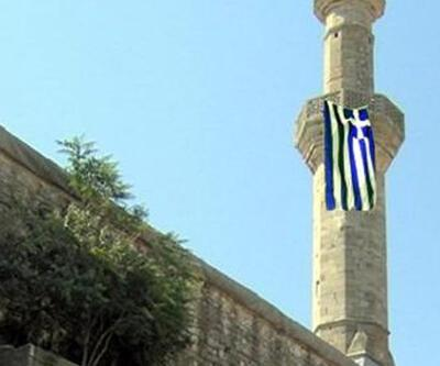 Tarihi caminin minaresine Yunan bayrağı astılar