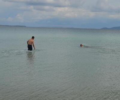 İzmir'de, kapalı havaya rağmen denize girdiler