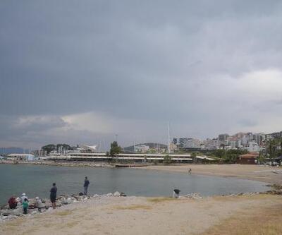 Kuşadası'nda plaj ve işletmeler yağmur nedeniyle boş