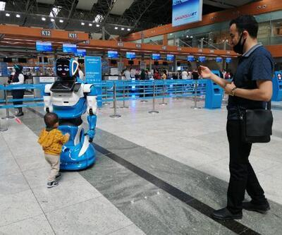 Sabiha Gökçen'de yolculara robotlu koronavirüs bilgilendirmesi