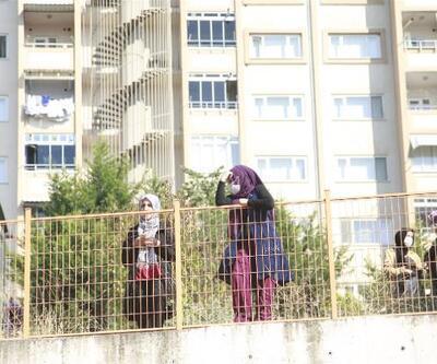 Öğrenciler sınıfta, aileleri bahçede ter döktü