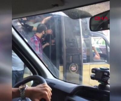 Yolcu kapasitesini aştı, kapısı açık yolculuk yaptı | Video
