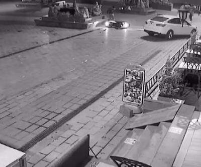 Kazada havaya fırlayan motosiklet sürücüsü bankın üzerine düştü