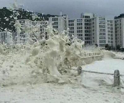 Güney Afrika'da çıkan fırtına okyanusu köpürttü   Video