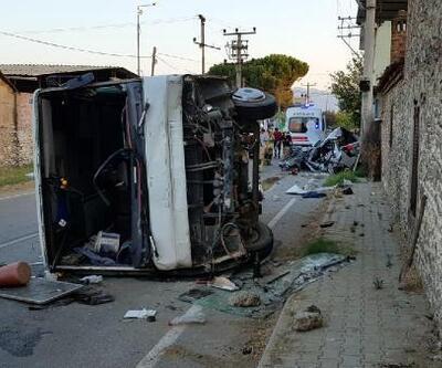 Son dakika.... Otomobille servis minibüsü çarpıştı: 1 ölü, 6 yaralı