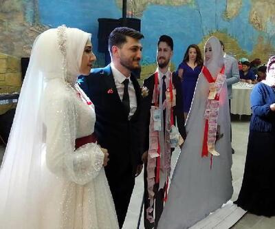 Düğünde takılar, gelin ve damadın maketlerine takıldı