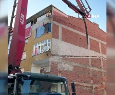 İnşaat nedeniyle bitişikteki binanın duvarı çöktü | Video