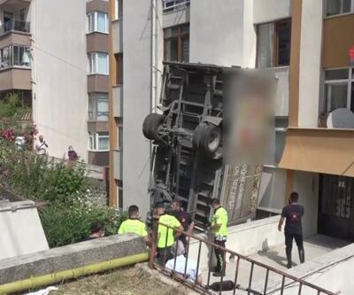 Virajı alamadı binaya çarptı | Video