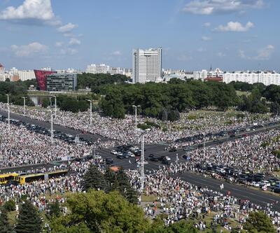 Belarus'ta protestolar büyüyor: 200 bin kişi katıldı!