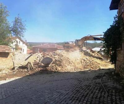 Hisarcık'ta tehlike saçan metruk binalar yıkıldı