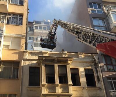 Tarihi binanın çatısında yangın