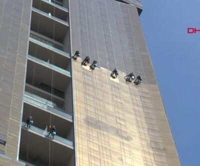 175 metre yüksekte temizlik, rezidanslara tırmanıyor, camları siliyorlar | Video